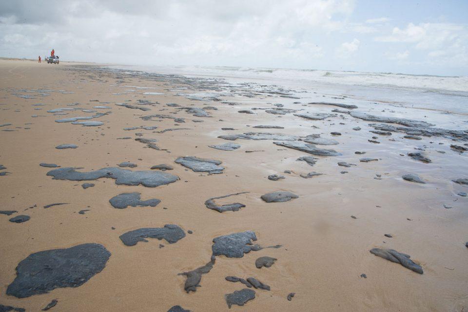 Análises identificam óleo venezuelano em praias do Nordeste
